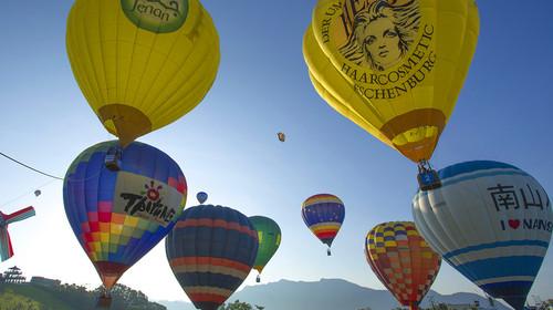 6颗形状各异的热气球到场,其中两颗为异型球,分别为怪兽与狐狸造型.图片