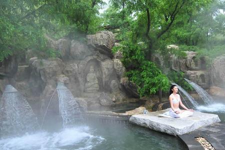产品特色详情 威海天沐温泉度假区地处胶东半岛东端,临鼋山湖,占地20