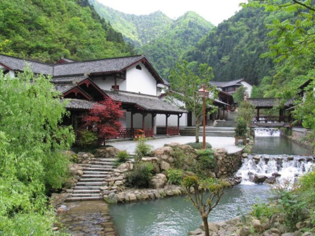 风景区,投入巨资打造的具有明清时期江南民居特色的高端养生度假酒店.