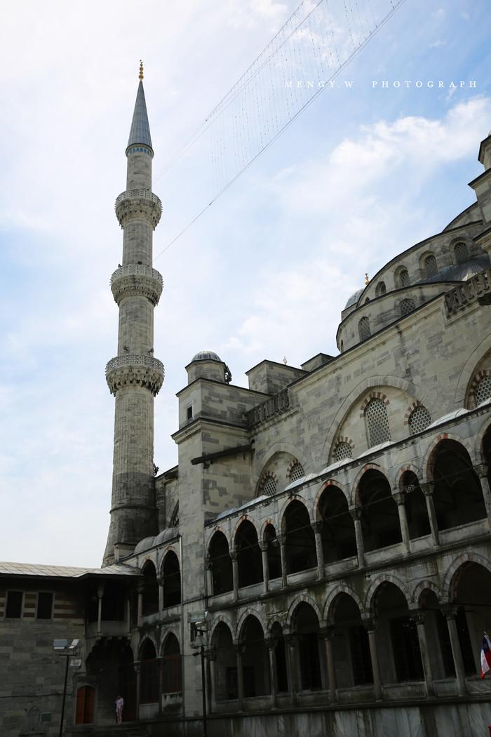 蓝色清真寺属阿拉伯风格的圆顶建筑,周围有六根宣礼塔,象征伊斯兰教