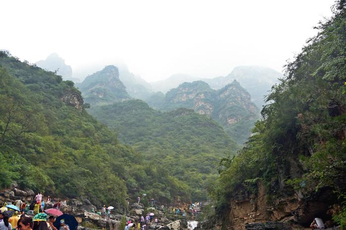 孤山寨位于十渡风景名胜区七渡村南,因三座孤立的山峰而得名.