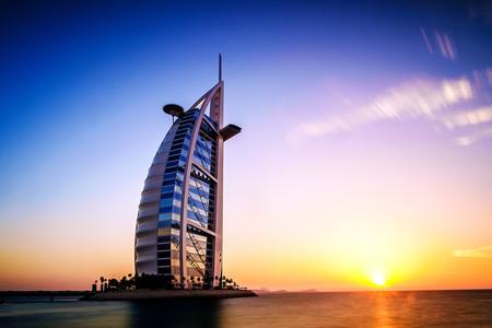 [春节]<迪拜-阿布扎比6日游>国航直飞、全程国际5星/升级1晚7星帆船酒店,含哈提哈德登塔加车游迪拜,改装公务大巴
