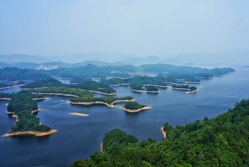 产品特色详情 千岛湖2001年被评为首批中国AAAAA级旅游区。2002年被评为全国保护旅游消费者权益示范景区和浙江青年文明号示范景区。2010年4月18日,国家旅游局授予千岛湖为国家5A级旅游景区殊荣。千岛湖也在继西湖之后,成为杭州地区第二个荣获5A级的旅游景区 瑶琳仙境位于中国浙江省杭州市桐庐县境内,是华东沿海中部亚热带湿润区喀斯特洞穴的典型代表,是国家级风景名胜区。又名瑶琳洞,纵深1公里,总面积达28000平方米,是中国旅游胜地四十佳、浙江省十大旅游胜地之一。2002年跻入国家AAAA级风景旅