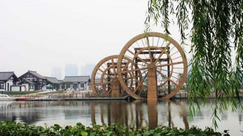 湖景区还可以乘观光车欣赏汉城湖旅游风景区,沿途设立了多处乘车站点