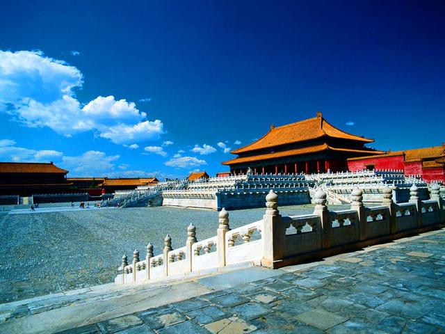 故宮位于北京市中心,舊稱紫禁城。于明代永樂十八年(1420年)建成,是明、清兩代的皇宮,無與倫比的古代建筑杰作,世界現存最大、最完整的木質結構的古建筑群。故宮全部建筑由前朝與內廷兩部分組成,四周有城墻圍繞。四面由筒子河環抱。城四角有角樓。四面各有一門,正南是午門,為故宮的正門。