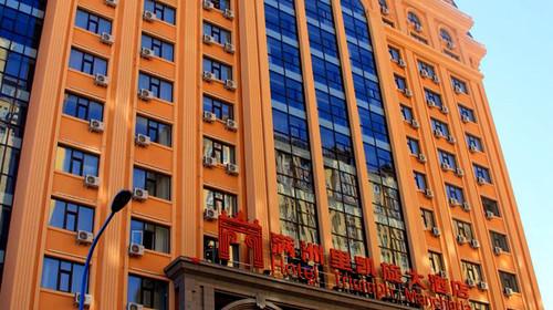 酒店大堂装饰为简约欧式风格,突出艺术性与文化氛围,各类商务套房
