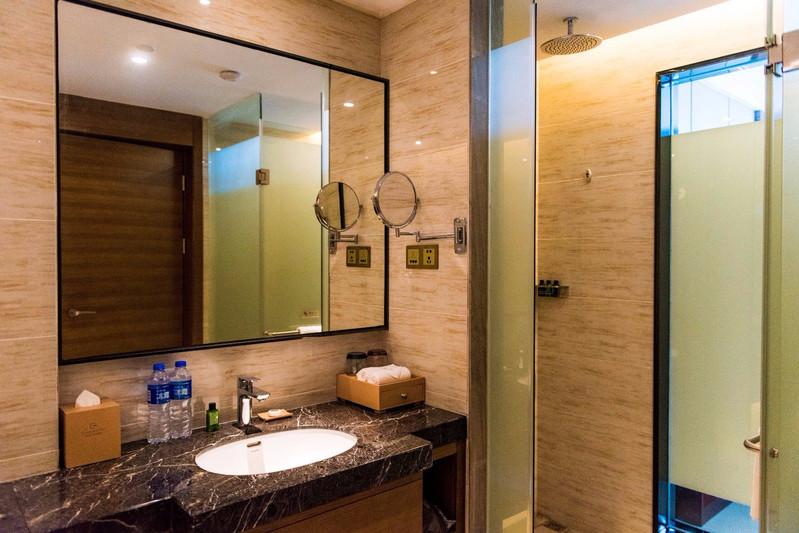 浴室装修的也很有格调,洗护用品应有尽有.