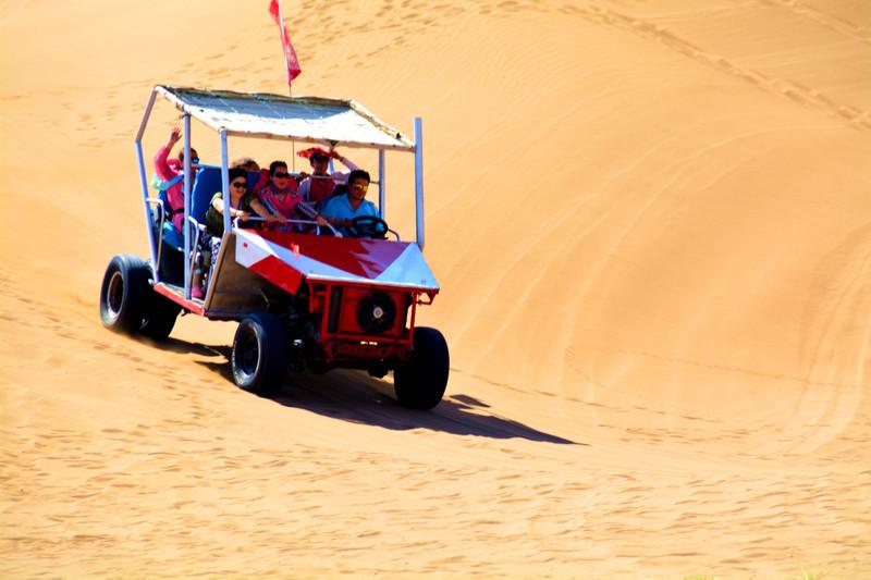 欧美浪老娘们图_而每人120元的越野车冲沙浪,很受到那些老娘们