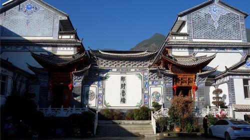 白族建筑.云南大理白族聚居区的住宅都建有门楼,以喜洲门楼最佳.