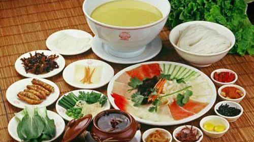 中午 参观龙玉典藏—黄龙玉馆, 品尝云南特色风味餐——过桥米线.