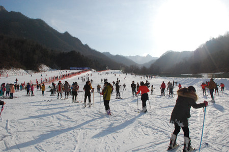 加入对比        洛阳木札岭速龙滑雪场1日游>领略雪地动人风情,享雪