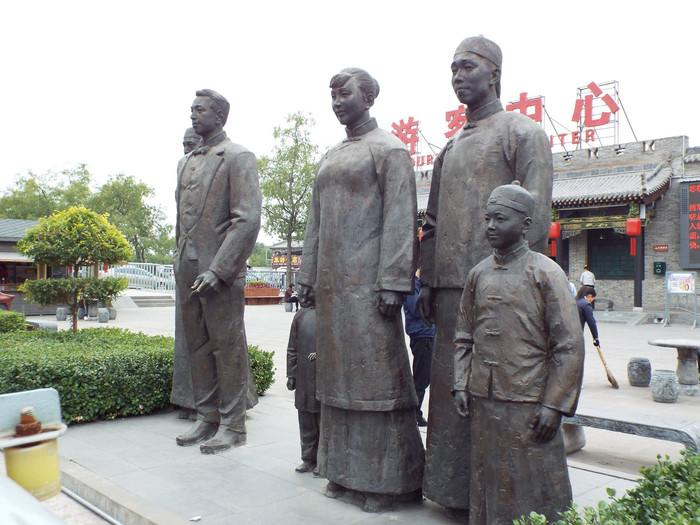 生活场景和精神风貌的雕塑,让游客还未进入乔家大院已经开始了和乔