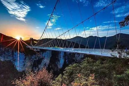 <张家界-黄龙洞-云天渡玻璃桥-大峡谷一线天-天门山-凤凰古城4日游>