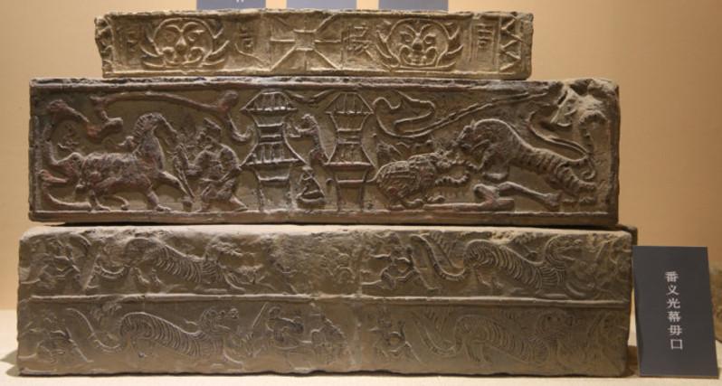 西安秦砖汉瓦博物馆简述 其中展品展示区面积约为1500平米。它的地址是陕西省西安市雁塔区雁翔路1号雅森上林苑。这里是目前中国唯一的、馆藏瓦当数量和品类最多的秦砖汉瓦专题博物馆。 这里的一砖一瓦都承载着厚重的文化,一枚瓦当就是一页历史,更是一部耐人寻味的故事。秦砖汉瓦向我们展示的图像和文字,如实反映了中国古代的历史文化场景。