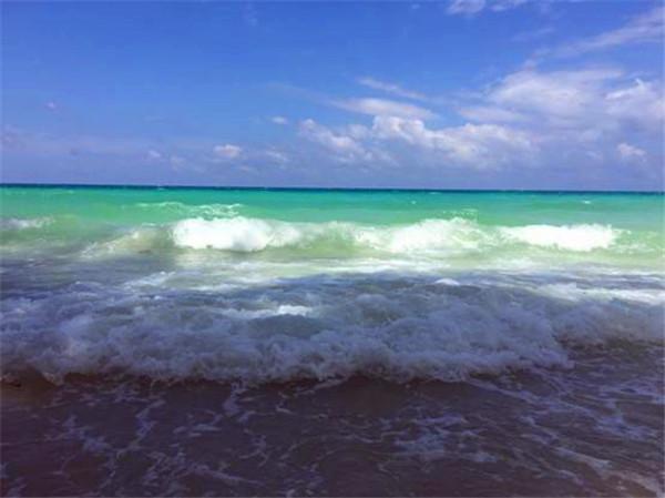 干净湛蓝的天空与海洋,就当是替爸爸送给妈妈的甜蜜旅行,三亚的浪漫是