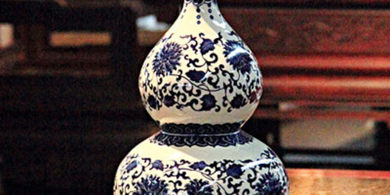 是以造型独特的葫芦植物为原料,采用传统手工工艺制作,集绘画,书法和