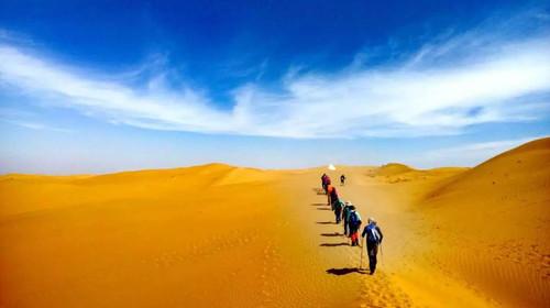行走在沙漠中,體驗藍天白云圖片
