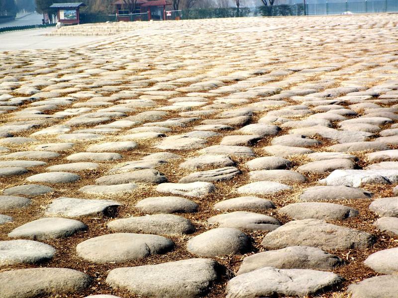 桥南半圆形广场地面上铺有5000块产自秦岭的大块鹅卵石,用以象征中华