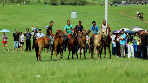 骑马穿越的队员一定要跟从马倌和领队图片