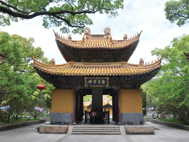 风景名胜普济寺前有一个广约15亩的莲池,名叫海印池,亦名放生池,建于