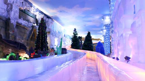 和乡村风情小木屋,雪松营造童话风情,打造永不落幕的圣诞节;而冰雪