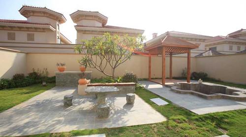 别墅区拥有27幢欧式风格双层别墅,每栋占地350平方米.