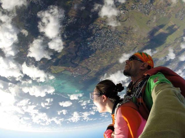 【一万英尺的挑战】<毛里求斯高空跳伞半日游>教练全程陪同,可带观众,安全,放心,尖叫