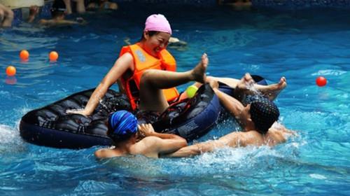 参加酒店举行的水上趣味运动会