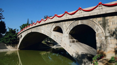 赵州桥凝聚了古代劳动人民的智慧与结晶,开创了中国桥梁建造的崭新