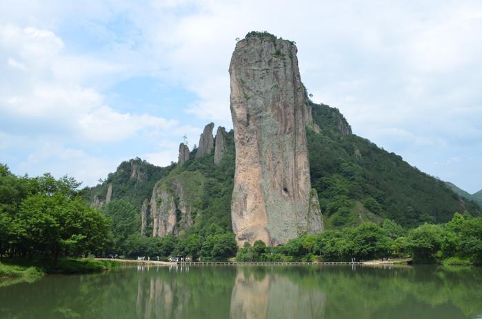 吃了午饭,游景点的第一站是鼎湖峰,其形状就好像是巨大的宝鼎,[查看详