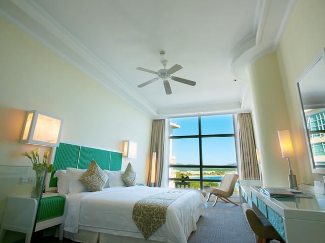 三亚大小洞天小月湾度假酒店位于国家首批5A级景区大小洞天内,地处景区小月湾内,酒店背靠鳌山,面向南海。在这里你将拥有诗人般的灵感,摄影家的独特视角,和爱人诠释山海之间的美景与浪漫,和朋友体验原生态野趣的度假天堂,带给自己独特的私密空间。每个身临其境的人都会被它迷恋,只想与花草虫鱼为伴,随夕阳感染天际,伴海声呢喃入睡。 酒店亮点:超私密:一座座木屋掩映于沙滩的原始雨林之中,探望大海,木屋外观原始自然,内观温馨舒适,内部设施设备全部按五星酒店标准进行配备,全部采用芬兰进口优质北欧赤松,木纹分明,是集健康、安全