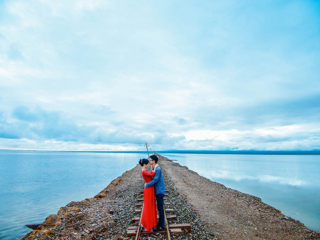 游客自行在茶卡鹽湖景區附近用午餐,而后進入景區參觀游覽 茶卡鹽湖