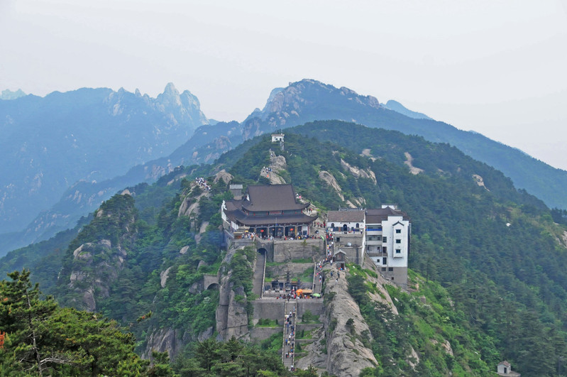 ⑵九华山风景区名寺名庙,分布较广,是旅游者颇爱光顾游览的重点