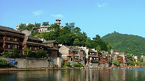 张家界 天子山 宝峰湖 大峡谷 凤凰双飞5日游 抢先远观玻璃桥 宿特色客栈