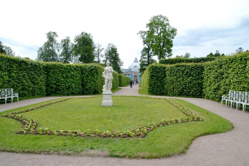 立体的树墙,花坛中央的雕塑,迷宫般的绿树一圈又一圈,还有一个翡翠般