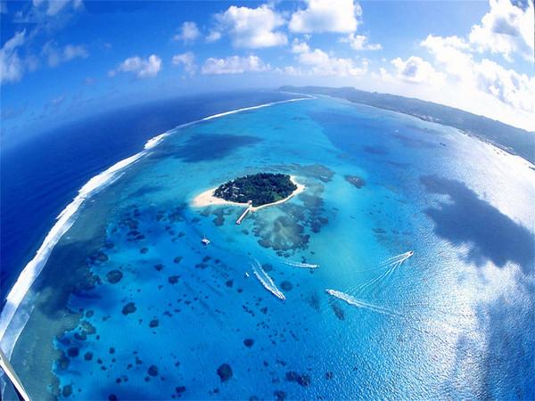 去塞班島,軍艦島是必去景點,軍艦島的水非常清澈,在此浮潛還能有機會看到大型的沉船,船身周圍盡是彩色軟珊瑚,色彩繽紛的魚類穿梭其間,美不勝收。那里的娛樂項目也很好玩,那里是潛水愛好者的,必去之地。喜歡潛水的朋友可以去體驗一下。軍艦島真的太美,軍艦島的海水有著綠翡翠一樣的顏色,傳說中的七色海,會讓你反復確認自己是不是在夢里。去塞班不去軍艦島就等于沒有去過塞班,景色真的超級美,浮潛可以看到很多漂亮的小魚,拖傘、香蕉船都很好玩。