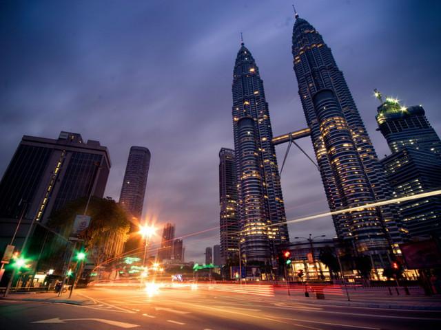 这座设计独特的银色尖塔式建筑在吉隆坡市中心拔地而起,以其高大与