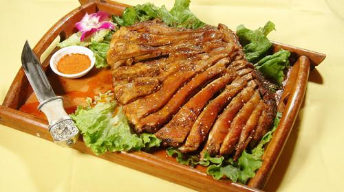 新疆特色美食烤羊排