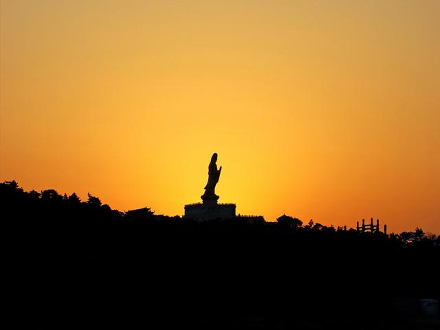 普济寺,俗称前寺,位于舟山市普陀区普陀山白华顶的灵鹫峰南麓,创建于后梁贞明二年(916年),后屡兴屡毁,清康熙二十八年(1689年),康熙南巡时下诏重建寺庙,后又赐题额普济群灵。风景名胜普济寺前有一个广约15亩的莲池,名叫海印池,亦名放生池,建于明代。池上筑桥三座。中间一座,桥面平阔,北接着普济寺的正门,南衔御碑亭。桥中有一湖心亭,又称八角亭,正对普济寺山门。周围玉液拥抱,粉墙环绕。 夏日荷花盛开,绿叶田田,红花亭亭,景色迷人,憩此玩赏,凭栏临风,清香扑鼻,顿觉暑气全消,令人心旷神怡。桥南的御碑亭,在湖
