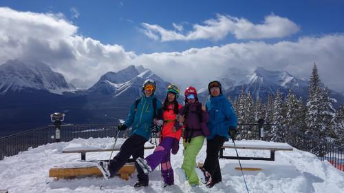 滑雪服,头盔,手套,护目镜等器具未非必备设备,滑雪场均有租售.
