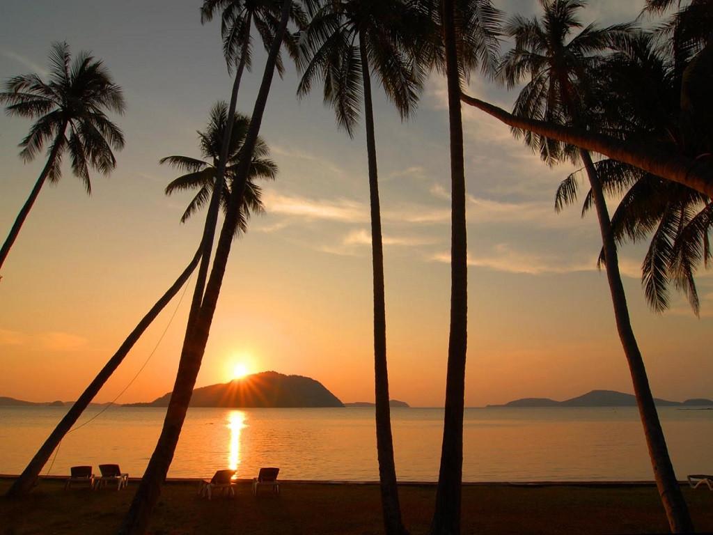 攀牙湾(Phang-Nga)位于普吉岛东北75公里处,被誉为泰国的小桂林。这里遍布着诸多大小岛屿,怪石嶙峋,景色变幻万千,堪称世界奇观。其中,占士邦岛、铁钉岛、钟乳岛石洞更以其天然奇景而名声在外。尤其是占士邦岛,因为007系列电影曾在此取景,因此大家都不再注意小岛的本名Tapu Island,而称之为007岛,或者占士邦岛了。在这里,大家都会特别关注大白菜石,一块据说不久以后会消失的奇怪的石头。攀牙湾位于普吉岛东北角75公里处,属于紧靠普吉岛的泰南大陆的攀牙府,是普吉岛及周边地区风景最美丽的地方