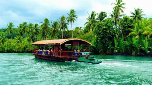 同时可于船上享受当地特色的菲式自助午餐,边用午餐边赏风光.