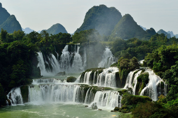 夏天去德天瀑布旅游景点推荐 德天瀑布就在中国和越南的边境也就是广西壮族自治区里面,它横跨了中国还有越南两个国家,而且*的宽度,竟然会有200多米,所以这里看起来非常的壮观。游览的时候首先可以选择走到瀑布对面的栈道上面,远距离的观看瀑布全景。当然想要近距离观看的话也可以乘坐竹筏在河面上看风景也可以拍照,竹筏的价格也不是很贵,30元1个人。