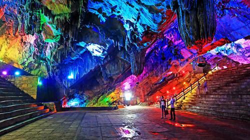 張公洞風景區位于宜興城西南約十八公里的盂峰山,是著名的石灰巖溶洞