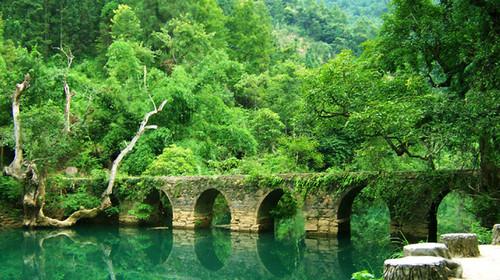 距今175年的小七孔古桥,拉雅瀑布,六十八级跌水瀑布,水上森林,翠谷图片