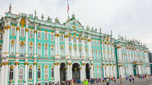 巴黎卢浮宫齐名并称世界四大博物馆;游览圣得堡的中心广场—冬宫广场图片