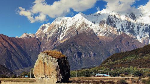 在大峡谷风景区用完午餐后,继续前行来到西藏原始的苯教推崇的神山
