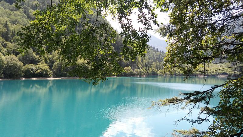 风平浪静,蓝天,白云,远山,近树,倒映湖中.