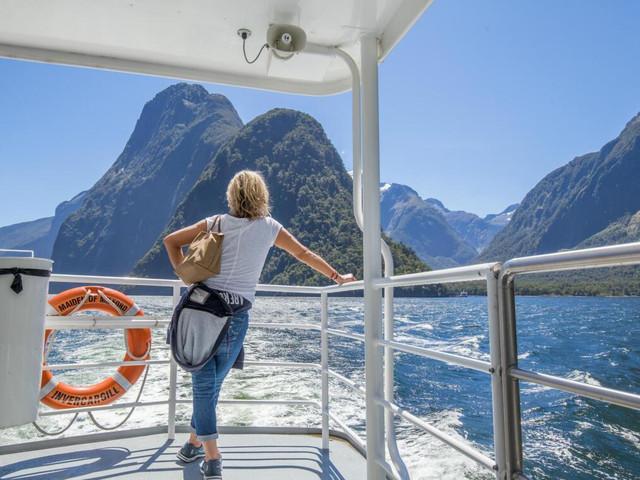 <米尔福德峡湾游船巡航一日游>(皇后镇或蒂阿瑙往返:含午餐 玻璃顶巴士超5星体验)