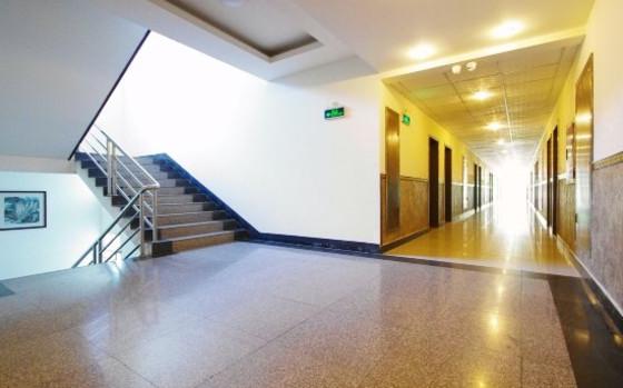 宾馆占地三亩,电梯上下共六层,大楼建筑采用欧式风格,配套设施齐全,具